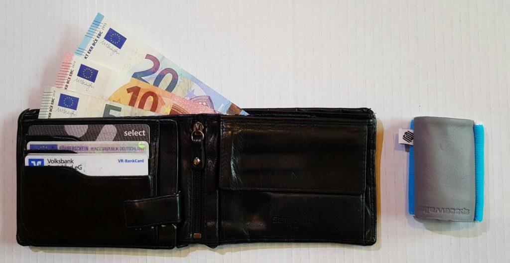 Space Wallet - Die clevere Geldbörse neben einem herkömmlichen Portemonnaie